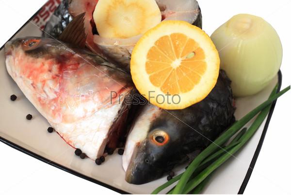 Куски рыбы и овощи - ингредиенты для блюда из рыбы
