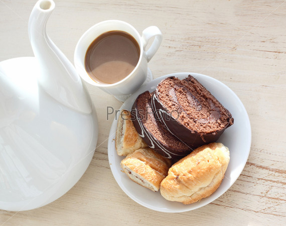 Шоколадный бисквит и кофе с молоком