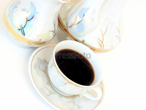 Чашка кофе на фоне набора посуды. Горизонтально