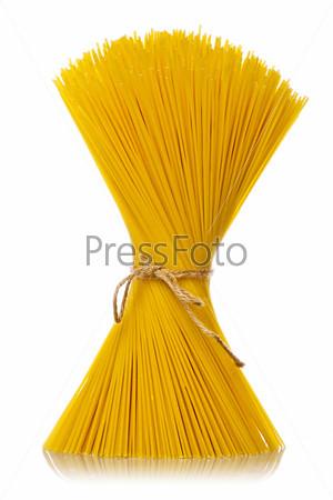 Букет из спагетти, изолированный на белом фоне