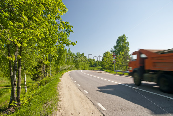 Фотография на тему Грунтовая дорога с самосвалом в движении