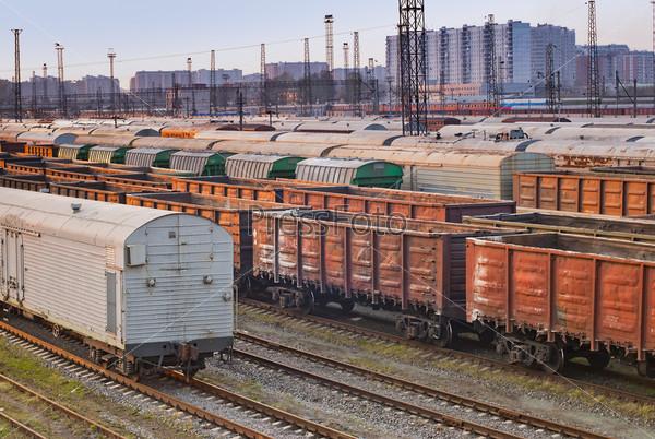 Железнодорожные грузовые вагоны на путях