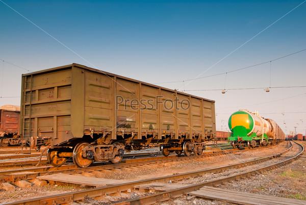 Грузовые вагоны на железнодорожных путях