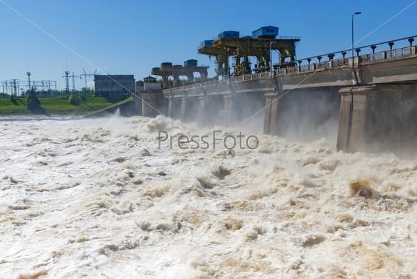 Фотография на тему Сброс воды на гидроэлектростанции