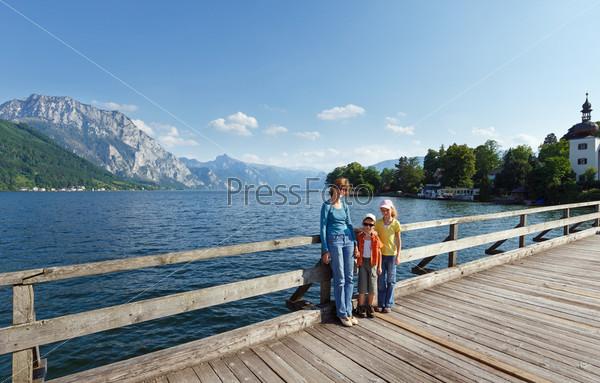 Летнее озеро Траунзее (Австрия) и семья