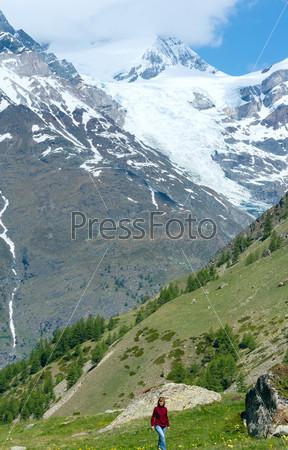 Женщина на прогулке в летних Альпах