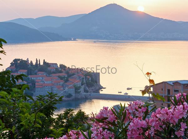 Закат над морем и островом Свети-Стефан (Черногория)