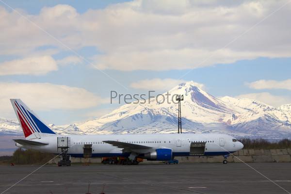 Вулкан и самолет