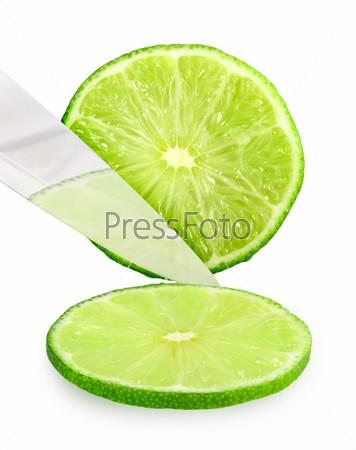 Разрезаемый свежий зеленый лайм