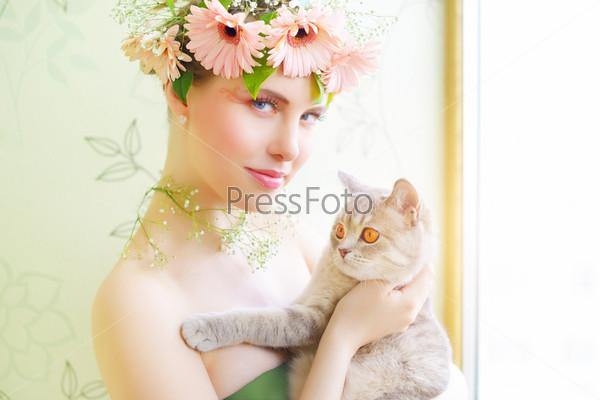 Красивая девушка с кошкой