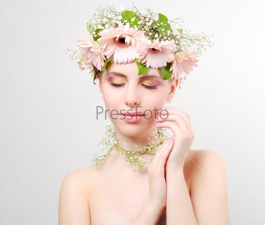 Красивая девушка в венке из цветов