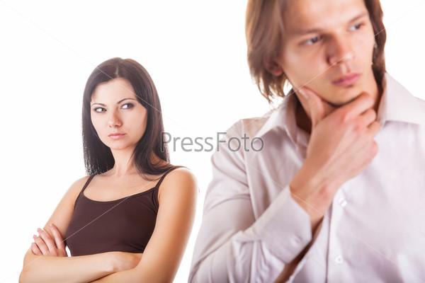 Фотография на тему Молодая пара обнаруживает измену. Изолировано на белом фоне