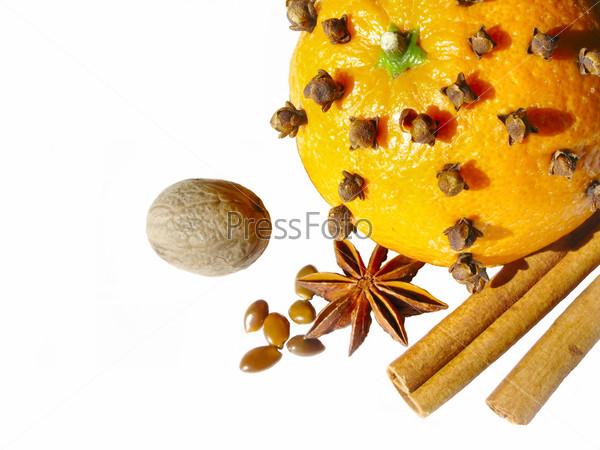 Апельсин и ингредиенты для глинтвейна
