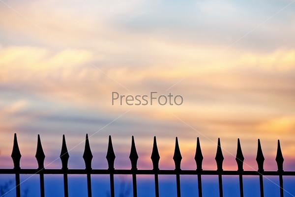 Фотография на тему Забор на фоне золотого заката