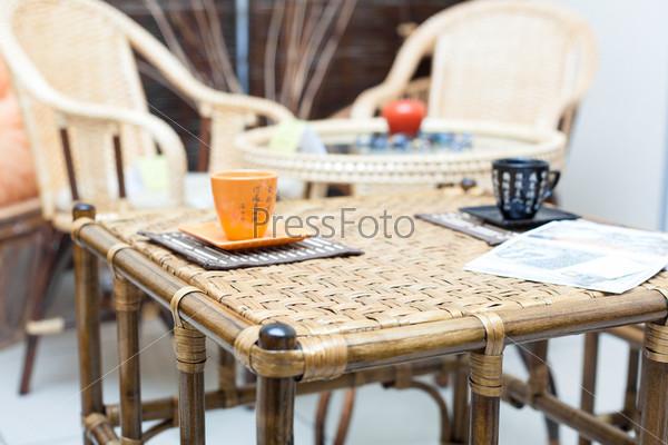 Плетеный стол и кружки в китайском стиле