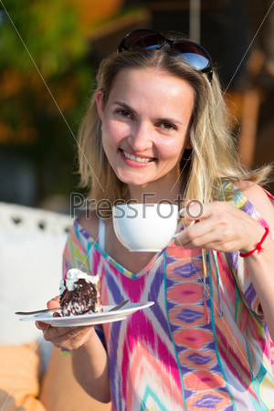 Девушка с чашкой кофе и пирожным