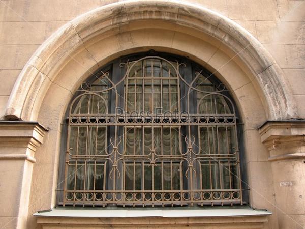 Ажурная металлическая решетка на окне