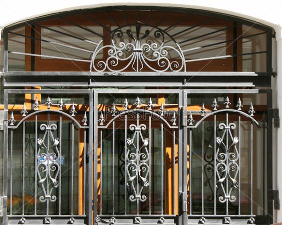 Фрагмент узорной решетки металлических ворот. Санкт-Петербург