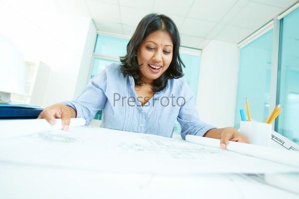 Женщина смотрит на документы