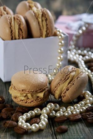 Миндальное печенье в коробке, жемчуг и кофейные бобы