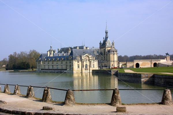Малый замок Шантийи в предместьях Парижа. Франция
