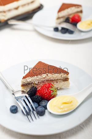 Фотография на тему Десерт тирамису с ягодами и сливками