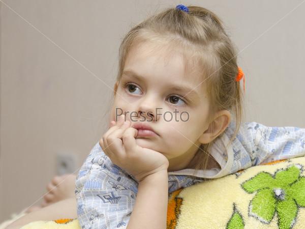 Фотография на тему Четырехлетняя девочка увлеченно смотрит влево