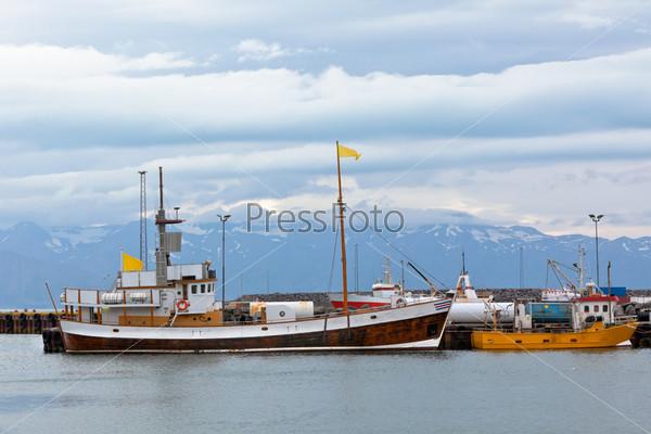 Типичная исландская гавань с рыболовецкими судами