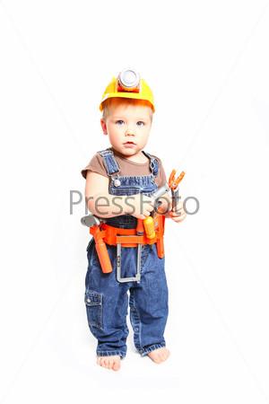 Ребенок в оранжевой каске с инструментами на белом фоне