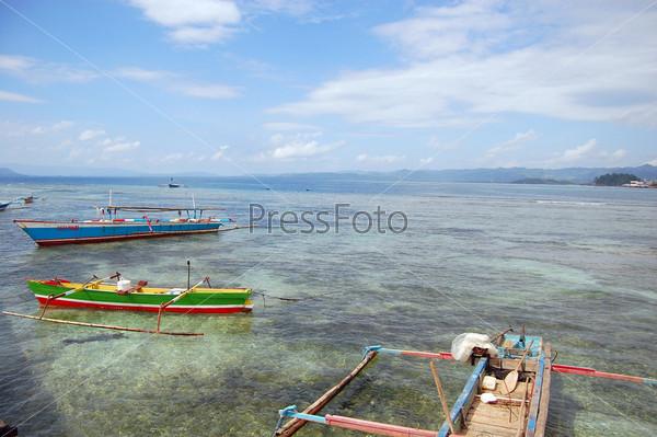Лодки на берегу моря