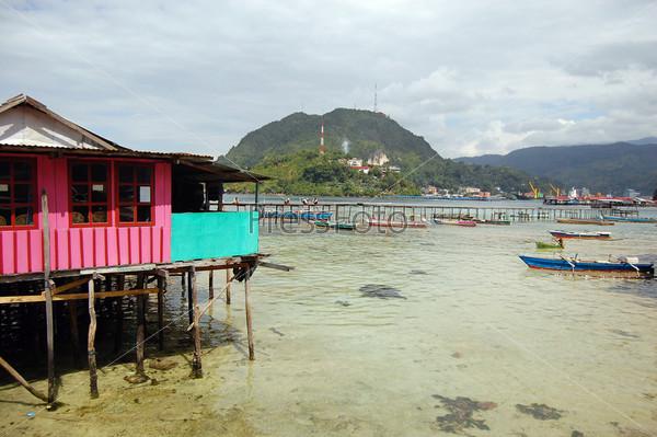 Дом и пирс на берегу моря
