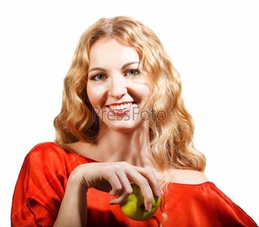 Женщина в красном держит яблоко в руке