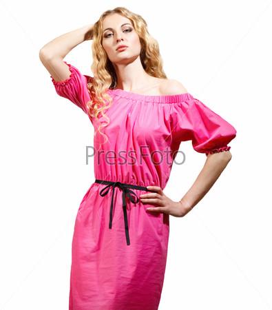 Красивая блондинка в розовом платье