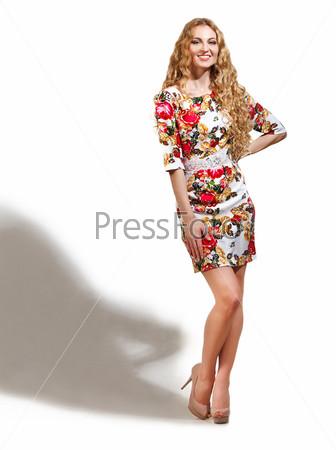 Блондинка в платье с узором из роз