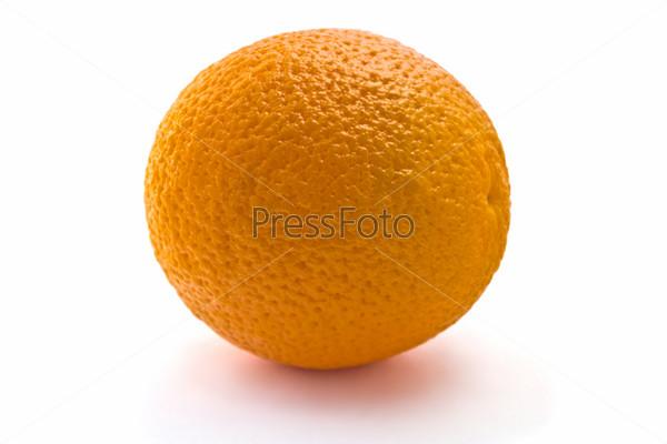 Сочный апельсин на белом фоне