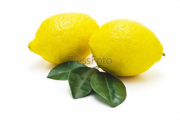 Фотография на тему Сочные лимоны на белом фоне