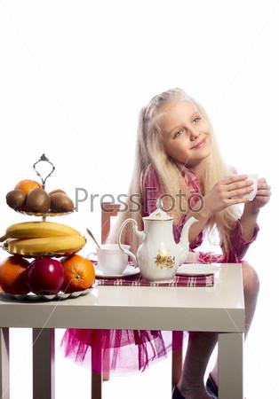 Фотография на тему Красивая девочка пьет чай