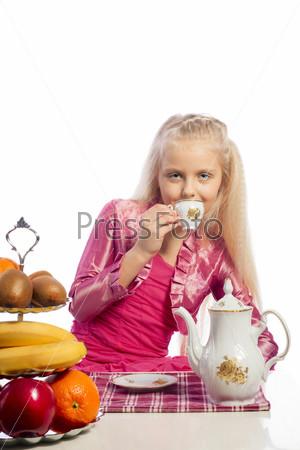 Красивая девочка пьет чай