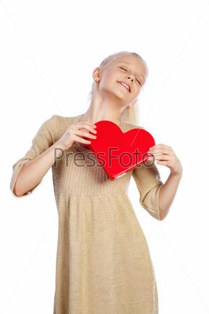 Красивая девочка держит сердце в руках
