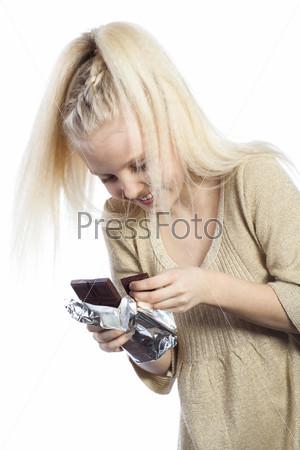 Красивая девочка с шоколадом