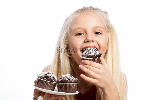 Девочка ест на шоколадные кексы