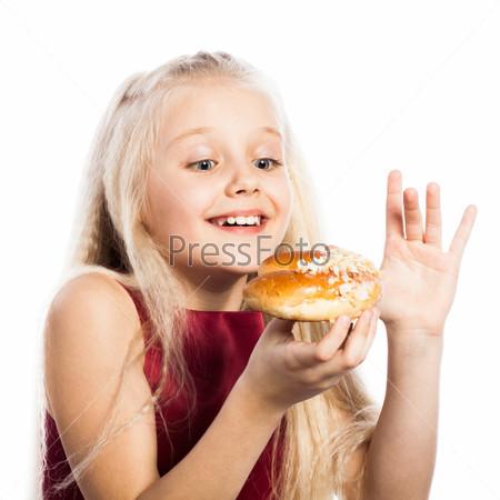 Девочка смотрит на рогалик