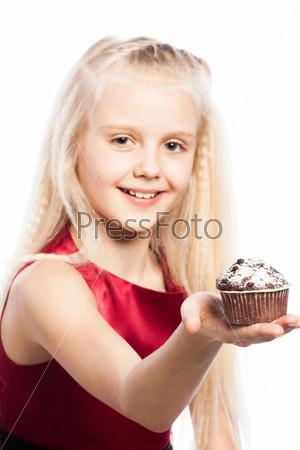 Девушка дает кекс