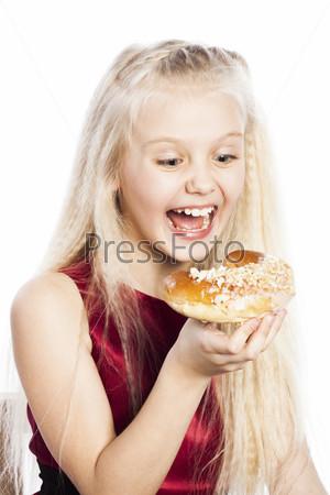 Фотография на тему Девочка смотрит на рогалик
