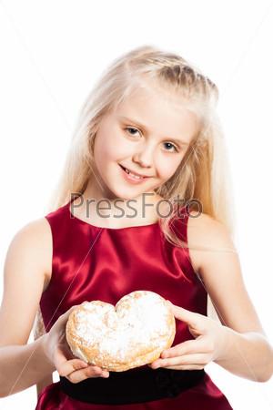 Девочка держит печенье в форме сердца