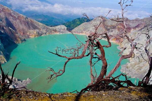 Фотография на тему Сульфатное озеро в кратере вулкана Льен. Индонезия