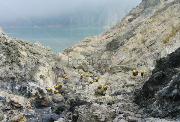 Добыча серы внутри кратера Кавах Льен, Индонезия