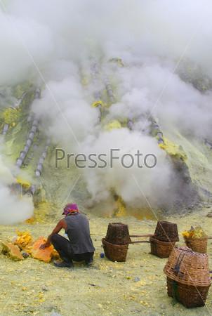 Фотография на тему Добыча серы внутри кратера Кавах Льен, Индонезия