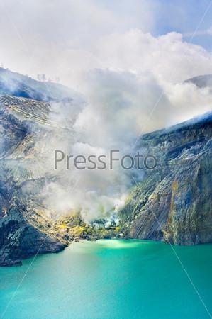 Сульфатное озеро в кратере вулкана Льен. Индонезия