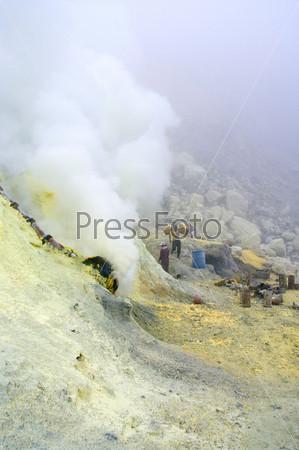 Фотография на тему Добыча серы внутри кратера Кавах Иджен, Индонезия